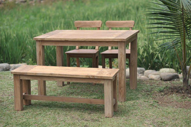 Gartentisch mit Gartenbank und Stühle